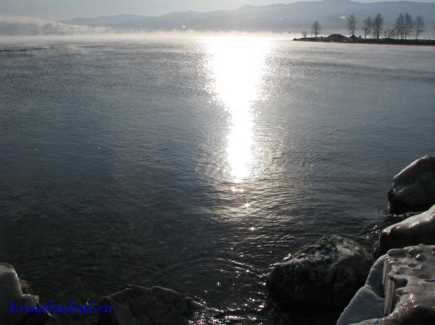Байкал зимой фото: южное побережье, близ Култука, январь. Солнечная дорожка на воде. Photo of Lake Baikal in winter. Southern coast of Lake Baikal in winter, near Kultuk, in January. Solar path on the water
