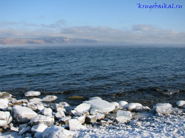 Байкал зимой фото: южное побережье, близ Слюдянки, январь. Вид на Олхинское плато. Photo of Lake Baikal in winter. Southern coast of Lake Baikal in winter, near Slyudyanka, in January. View on Olkha plateau