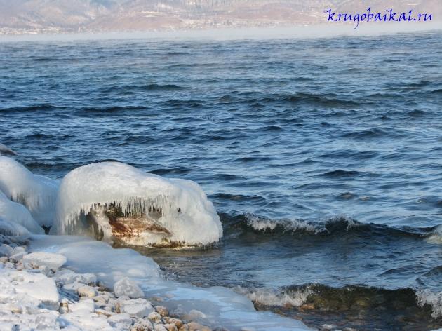 Байкал зимой фото: южное побережье, близ Слюдянки, январь, наледи на берегу, вид на Култук. Photo of Lake Baikal in winter. Southern coast of Lake Baikal in winter, near Slyudyanka, in January, icing on the beach, views of the Kultuk