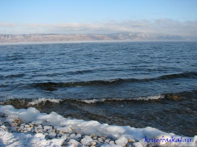 Байкал зимой фото: южное побережье, близ Слюдянки, январь, вид на Олхинское плато. Photo of Lake Baikal in winter. Southern coast of Lake Baikal in winter, near Slyudyanka, in January, view on Olkha plateau