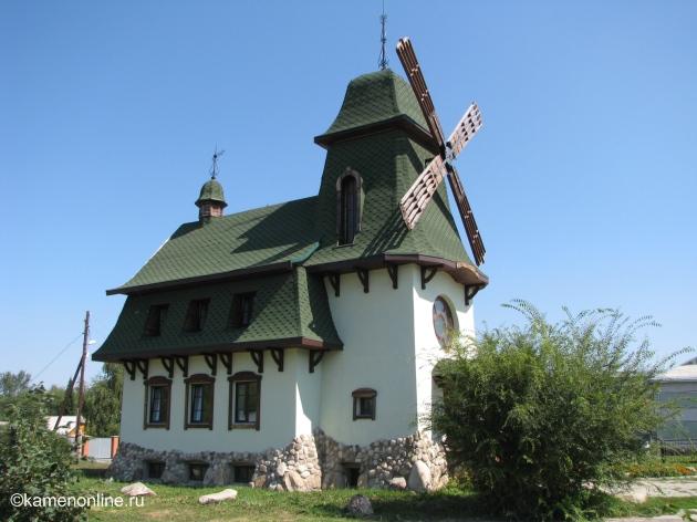Здание расположено рядом с автовокзалом Белокурихи. The building is located near the bus station Belokurikha